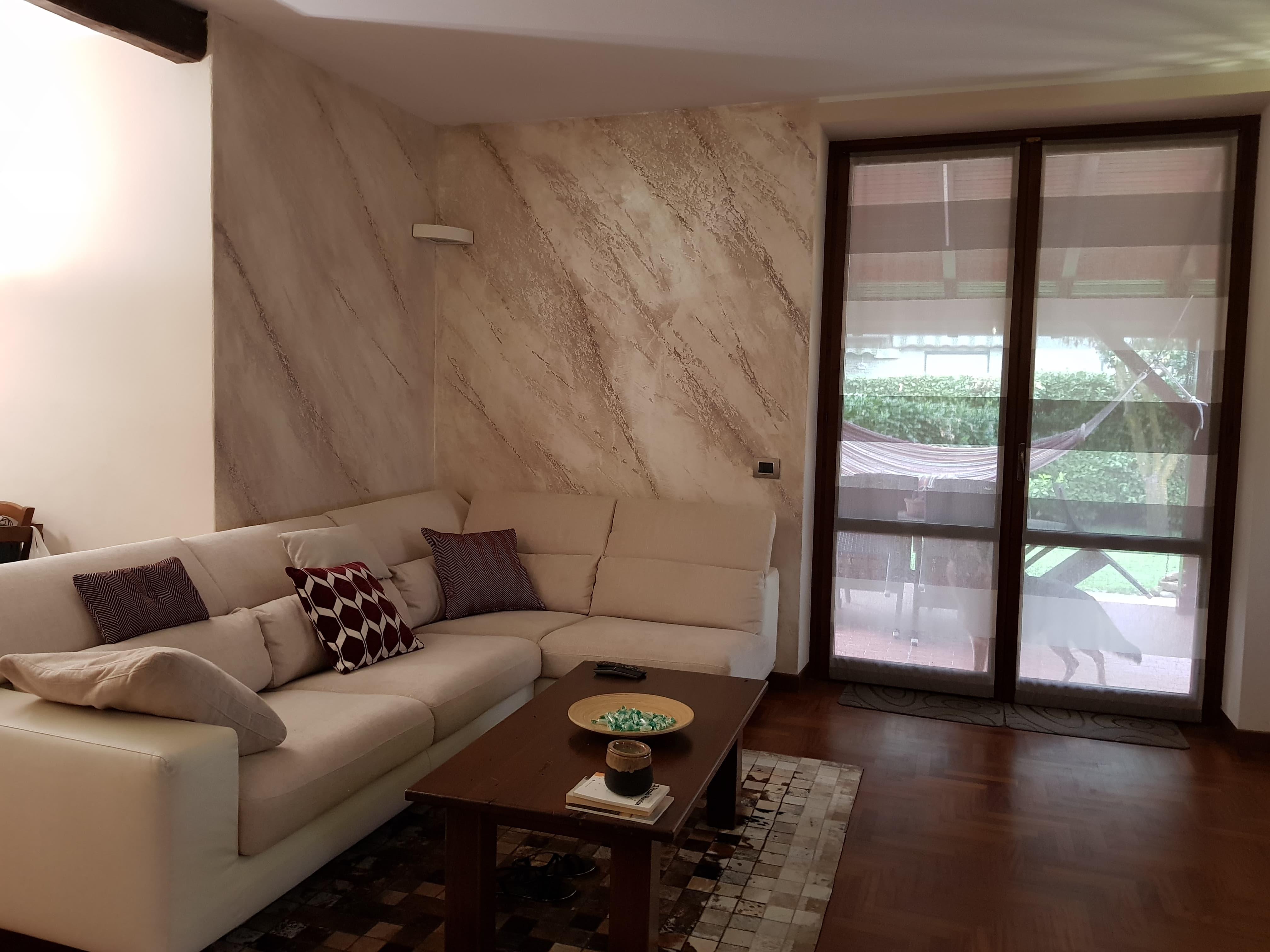 Vit imbiancature for Salone con parete in pietra
